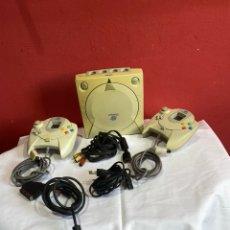 Videojuegos y Consolas: CONSOLA SEGA DREAMCAST COMPLETA TODO ORIGINAL 2 MANDOS Y CABLES . VER FOTOS. Lote 234694810