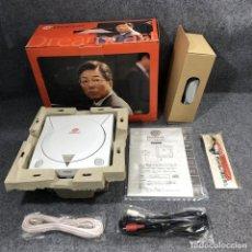 Videojuegos y Consolas: CONSOLA SEGA DREAMCASTS HKT 3000 YUKAWA CON CAJA Y MUÑEQUERA. Lote 263189140