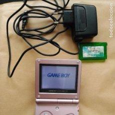 Videojuegos y Consolas: CONSOLA GAME BOY ADVANCE SP ROSA CON CARGADOR NINTENDO Y JUEGO POKEMON. Lote 61671644