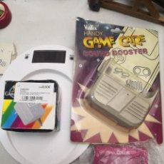 Videojuegos y Consolas: PACK 3 ACCESORIOS GAMEBOY COLOR LUPA,ALTAVOZ Y ADAPTADOR CARGADOR DE CORRIENTE. Lote 253455390