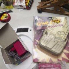 Videojuegos y Consolas: PACK 3 ACCESORIOS GAMEBOY COLOR LUPA,ALTAVOZ Y ADAPTADOR CARGADOR DE CORRIENTE. Lote 253455530