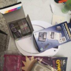 Videojuegos y Consolas: PACK 4 ACCESORIOS GAMEBOY COLOR LUPA,ALTAVOZ, ADAPTADOR CARGADOR DE CORRIENTE Y ADAPTADOR RECARGABLE. Lote 253465740