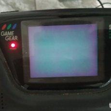 Videojuegos y Consolas: CONSOLA SEGA GAME GEAR , CON TRANSFORMADOR ORIGINAL , ENCIENDE PERO SE QUEDA LA PANTALLA NEGRA. Lote 214481003