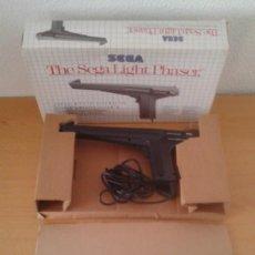 Videojuegos y Consolas: PISTOLA SEGA MASTER SYSTEM LIGHT PHASER GUN CON CAJA ORIGINAL MAGNIFICO ESTADO R11710. Lote 222330866