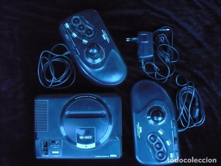 VIDEO CONSOLA SEGA MEGA DRIVE CON DOS MANDOS Y ADAPTADOR DE CORRIENTE (Juguetes - Videojuegos y Consolas - Sega - MegaDrive)