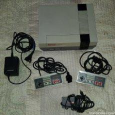 Videojuegos y Consolas: VINTAGE NINTENDO NES COMPLETA CON 2 MANDOS ORIGINALES Y CABLE ANTENA. Lote 145619430