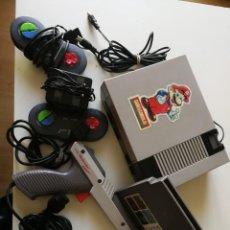 Videojuegos y Consolas: CONSOLA CLONICA NINTENDO NES +2 MANDOS+ 1CARTUCHO MULTIJUEGOS+PISTOLA ORIGINAL NES Y SUS CABLES. Lote 153324970