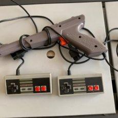 Videojuegos y Consolas: LOTE. 2 MANDOS Y PISTOLA. NES CLONICA. Lote 197072192