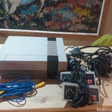 Videojogos e Consolas: CONSOLA NINTENDO NES CON DOS MANDOS BATERIA ORIGINAL Y CABLEADO COMPLETO. Lote 208865798
