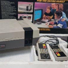 Videojuegos y Consolas: CONSOLA CLÓNICA NINTENDO NES. COMPLETA CON CAJA 2 MANDOS, PISTOLA Y CABLES. Lote 236537845