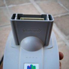 Videojuegos y Consolas: COMPLEMENTO PARA CONSOLA NINTENDO 64 TRANSFER PAK MODEL NO. NUS-019 PARA JUEGOS GAME BOY. Lote 128282507