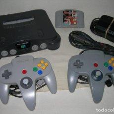 Videojuegos y Consolas: CONSOLA NINTENDO 64 N64 CON 2 MANDOS, CABLES ORIGINALES Y JUEGO NBA HANG TIME - FUNCIONANDO -. Lote 213665056
