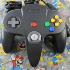 Videojuegos y Consolas: NINTENDO 64 N64 MANDO NEGRO BLACK OFICIAL ORIGINAL FUNCIONANDO. Lote 270175883