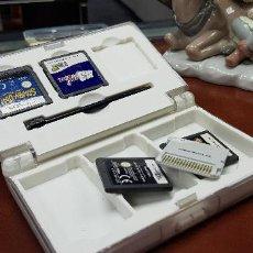 Videojuegos y Consolas: CAJA CONTENEDORA BLANCA CON FORMA DE DS Y 4 JUEGOS Y TARJETA M3 REAL. Lote 127867283