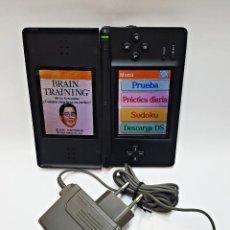 Videojuegos y Consolas: CONSOLA NINTENDO DS LITE. CON CARGADOR Y JUEGO BRAIN TRAINING. Lote 204060477