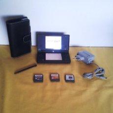 Videojuegos y Consolas: CONSOLA NINTENDO DSI NEGRA, CON CARGADOR ORIGINAL, 3 JUEGOS Y FUNDA - FUNCIONANDO VER VIDEO. Lote 216355040