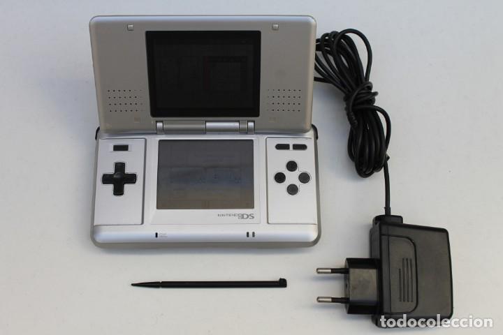 CONSOLA - NINTENDO DS NTR-001 - PLATEADA - CON CARGADOR Y FUNCIONANDO. (Juguetes - Videojuegos y Consolas - Nintendo - DS)