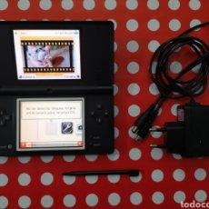Videojuegos y Consolas: NINTENDO DSI NEGRA CON CARGADOR. Lote 228989745