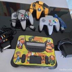Videojuegos y Consolas: NINTENDO 64 CONSOLA CON MANDOS, MANUALES Y ACCESORIOS. Lote 288749558