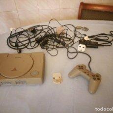 Videojuegos y Consolas: PLAYSTATION 1 SONY CON TODOS LOS CABLES Y CONEXIONES,ENCHUFE INGLES CON ADAPTADOR. Lote 167549680