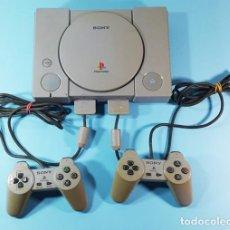 Videojuegos y Consolas: CONSOLA PLAYSTATION 1 PS1 CON DOS MANDOS, LO QUE SE VE EN LAS FOTOS. FUNCIONA. Lote 183725765