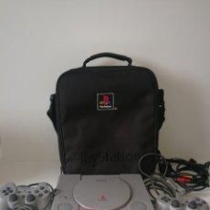 Videojuegos y Consolas: PS1 + ACCESORIOS + MOCHILA ORIGINAL. FUNCIONANDO. Lote 186793496