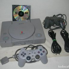 Jeux Vidéo et Consoles: CONSOLA SONY PLAY STATION ONE CON MANDO, CABLES ORIGINALES Y JUEGO V-RALLY + MANDO REGALO - PSX PS1. Lote 212015258