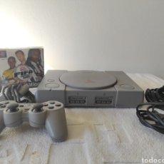Videojuegos y Consolas: PLAYSTATION 1 MÁS JUEGO FIFA 2003. Lote 226245982