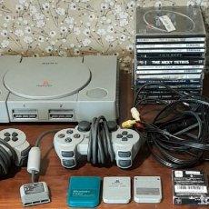 Jeux Vidéo et Consoles: MITICA PS ONE CON CHIP, COMPLETA Y FUNCIONANDO, CABLES, 2 MANDOS, 4 MEMORYS Y 13 JUEGOS DE REGALO.. Lote 242137145