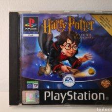 Videojuegos y Consolas: EDICIÓN ESPECIAL - HARRY POTTER Y LA PIEDRA FILOSOFAL. JUEGO PLAYSTATION 1 (PSX). COMPLETO. Lote 248500575