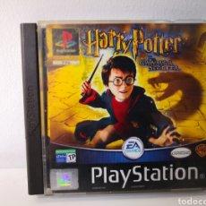 Videojuegos y Consolas: HARRY POTTER Y LA CÁMARA SECRETA. JUEGO PLAYSTATION. CAJA DAÑADA COMPLETO.. Lote 248500880