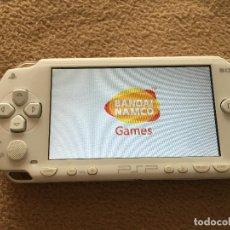 Videojuegos y Consolas: PSP FAT 1000 BLANCA SONY CON CARGADOR OFICIAL Y MEMORIA Y UN JUEGO KREATEN. Lote 117562763