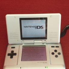 Videojuegos y Consolas: NINTENDO DS CON CARGADOR Y DOS TARJETAS BRAIN TRAINING. Lote 219191387