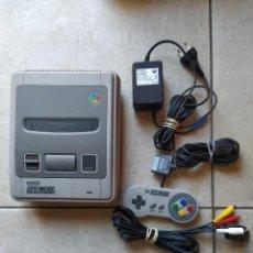 Videojuegos y Consolas: CONSOLA SNES SUPER NINTENDO + 1 MANDO Y CABLES , TODO ES ORIGINAL Y VERSION PAL. Lote 297026473