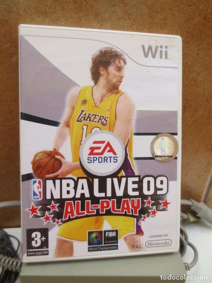 Videojuegos y Consolas: CONSOLA NINTENDO WII + 2 MANDOS + 1 NUNCHUCK + JUEGO NBA LIVE 09 Y TODOS LOS CABLES. - Foto 3 - 211268251
