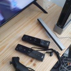 Videojuegos y Consolas: CONSOLA NINTENDO WII NEGRA CON 2 MANDOS Y 2 NUNCHUK FUNCIONA PERFECTAMENTE. Lote 245419325