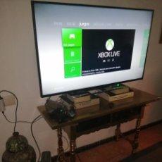 Videojuegos y Consolas: LOTE CONSOLA XBOX 360 FUNCIONANDO 2 MANDOS AURICULARES MANDO CARGADOR BATERIAS. Lote 192618870