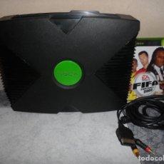 Videojuegos y Consolas: CONSOLA XBOX CLÁSICA + CABLE AV Y FIFA 2003 PAL. Lote 212664723