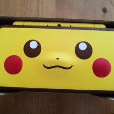 Videojuegos y Consolas Nintendo 2DS: NINTENDO 2DS XL EDICION PIKACHU EN CAJA. EN PERFECTO ESTADO, CON CABLE, GAMUSA Y RECAMBIOS ORIGINAL.. Lote 236314665