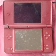 Videojuegos y Consolas Nintendo 2DS: CONSOLA NINTENDO DS XL DEL 2008 ROTA + CARGADOR PARA PIEZAS. Lote 237254095