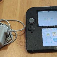 Videojuegos y Consolas Nintendo 2DS: CONSOLA NINTENDO 2DS CON CARGADOR AZUL OSCURO , FUNCIONA , CON TARJETA SD DE 4 GB , SIN LAPIZ. Lote 277286838