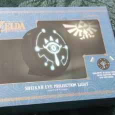Videojuegos y Consolas Nintendo Switch: MERCHANDAISING ZELDA: PROYECTOR SHEIKAH EYE Y SUDADERA DE NINTENDO. NUEVO. Lote 257613695
