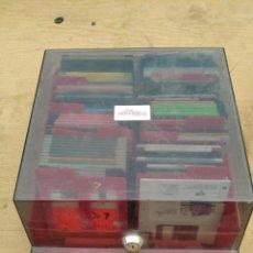Videojuegos y Consolas: CAJA DISQUETERA CON 68 DISQUETES DE 3 Y MEDIO - CON DISTINTA INFORMACION. Lote 245565260