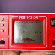 Videojuegos y Consolas: MAQUINITA MINI ARCADE LCD GAME - PROTECTION - FUNCIONANDO CORRECTAMENTE. Lote 95073791
