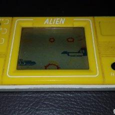 Videojuegos y Consolas: MAQUINITA AÑOS 80 ALIEN VIDEOJUEGO TIENE TAPADERA DE LAS PILAS FUNCIONA MINI ARCADE LCD GAME. Lote 111294176
