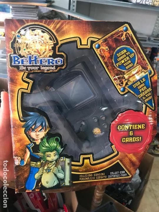 CURIOSA CONSOLA BEHERO - BE HERO - CON 6 CARTAS COLECCIONABLES - TIPO GAME BOY POKEMON - NUEVO (Juguetes - Videojuegos y Consolas - Otros descatalogados)