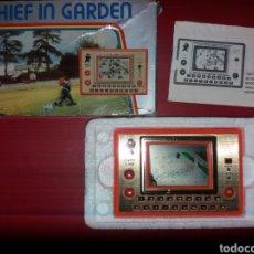 Videojuegos y Consolas: MAQUINITA TIPO GAME AND WATCH THIEF AND GARDEN ANO 83. Lote 187051365