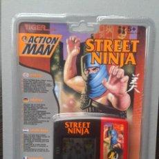 Videojuegos y Consolas: TIGER GAME&WATCH LCD ACTION MAN STREET NINJA NUEVO NEW SEALED PRECINTADO R9867. Lote 190913886