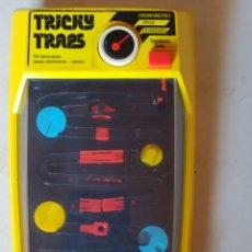 Videojuegos y Consolas: MAQUINA TOMY TRICKY TRAPS FUNCIONANDO PERFECTAMENTE. Lote 195386737