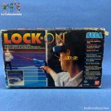Jeux Vidéo et Consoles: PISTOLA LOCK ON REF. 8001 - SEGA - BANDAI CON CAJA UN POCO ROTA EN UNA ESQUINA + INSTRUCCIONES. Lote 208352267